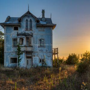 Verlassenes und verfallenes Chalet in Portugal. Abandoned and morbid chalet in Portugal.