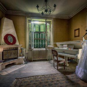 Verlassenes Château in Frankreich mit Hochzeitskleid. Abandoned château in France with Wedding dress.