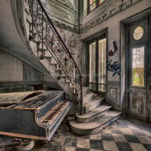 Verlassenes Château in Frankreich mit Flügel Klavier. Abandoned château in France mit Piano.