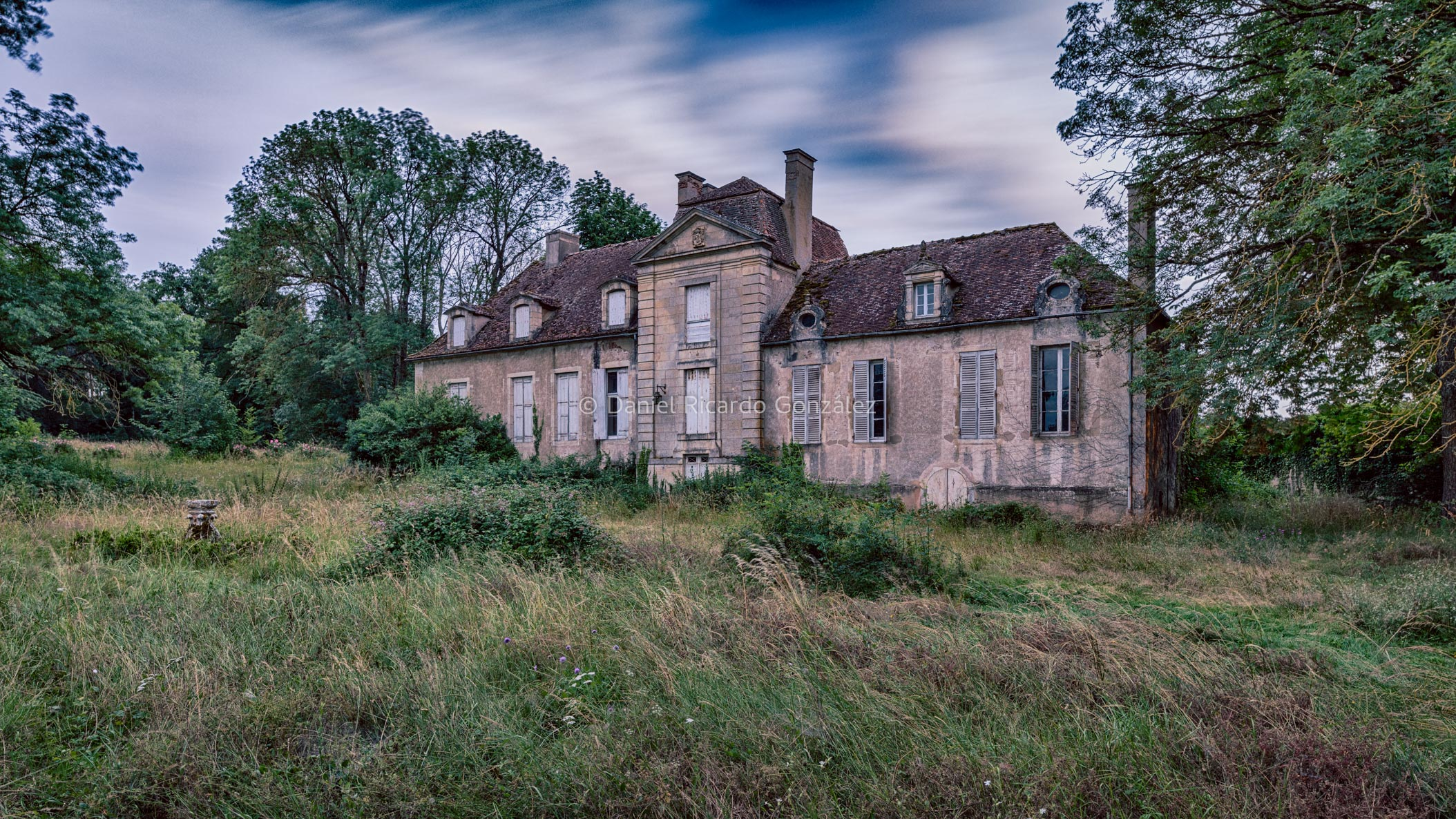 Außenansicht eines verlassenen Schlosses in Frankreich. Exterior view of a abandoned château in France.
