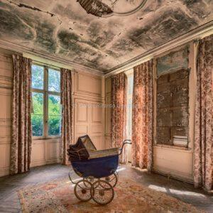 Verlassenes Château in Frankreich mit Kinderwagen. Abandoned château in France with stroller.