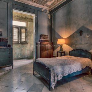 Azurblau Schlafzimmer an einem verlassenen Ort. Alte Villa mit Jesus Kreuz in Kuba. Azure bedroom in an abandoned place. Old villa with Jesus cross in Cuba.