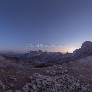Morgendämmerung bei den 3 Zinnen in den Dolomiten als Panorma. Dawn at the 3 Peaks in the Dolomites as a panorama.