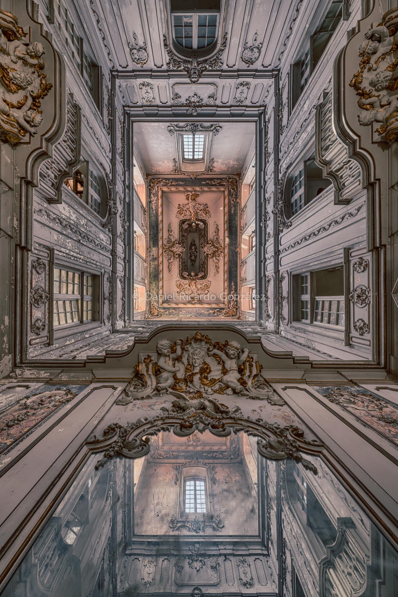 Barocker Lichtinnenhof eines verlassenen Palastes in Portugal. Baroque light courtyard of an abandoned palace in Portugal.