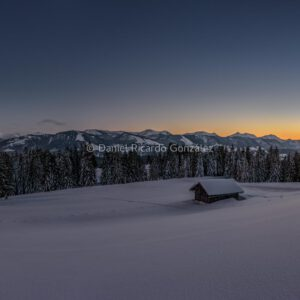 Winterpanorama bei Dämmerung mit Berghütte im Hintergrund die Nagelfluhkette. Winter panorama at dusk with mountain hut in the background the Nagelfluhkette.