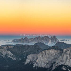 Sonnenuntergang auf dem Kesselkogel in den Dolomiten als Panorma.Sunset on the Kesselkogel in the Dolomites as a panorama.