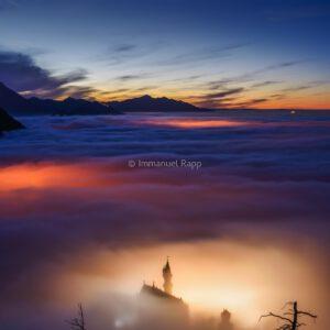 Schloss Neuschwanstein im Nebel Füssen im südöstlichen Bayern Hohenschwangau Allgäu König Ludwig II Castle in the Fog in South-Eastern Bavaria King Ludwig II
