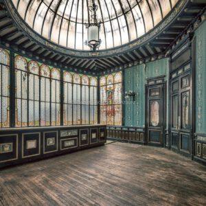 Verlassene und zerfallende Villa von Freimaurern in Frankreich mit Tiffany Glas Fenstern. Abandoned and decaying Masonic villa in France with Tiffany glass windows.